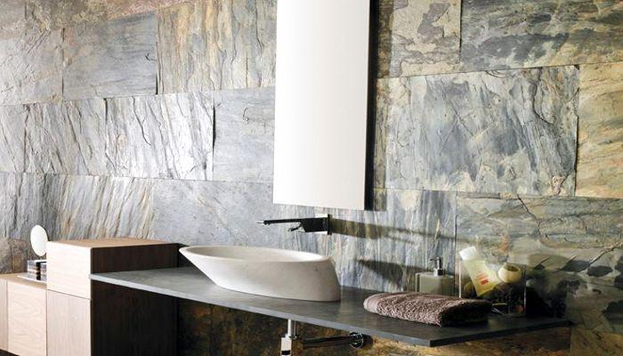 Bagno con rivestimento in pietra indiana