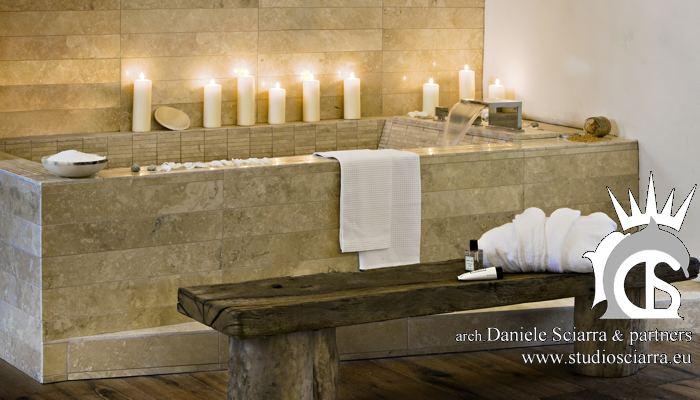 Spa Suite con vasca e doccia a vista in travertino