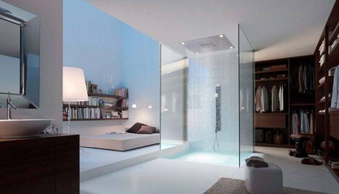 Camera d aletto, cabina armadio e doccia a vista al centro del loft