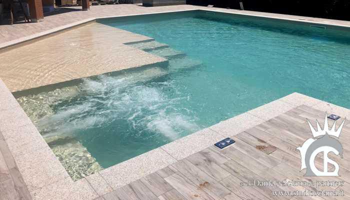 Progetto piscina idromassaggio in villa con sedute idromassaggio