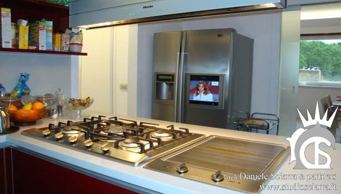 La cucina high tech con il frigo-tv