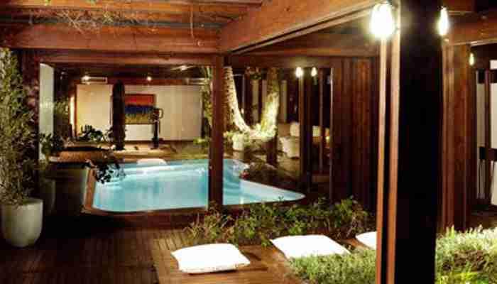 Un soggiorno sulla piscina coperta