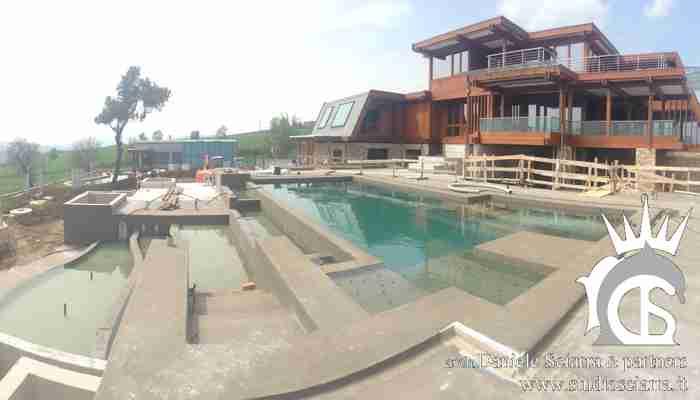La grande piscina con le sue cascate